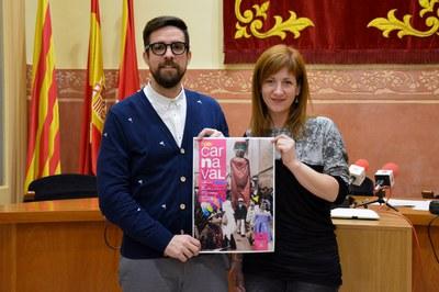 Los concejales de Cultura y Juventud, con la imagen del Carnaval de este año.