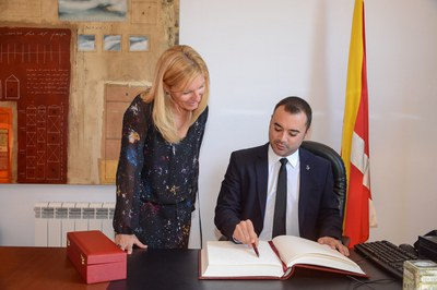 El alcalde de Terrassa ha firmado en el Libro de Honor del Ayuntamiento de Rubí (foto: Localpres)