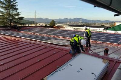 Imágenes de la instalación de las placas en la cubierta de la empresa KAO (foto: Ayuntamiento de Rubí).