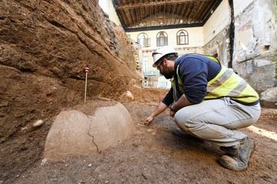 Tareas de extracción de las tinajas (foto: Ayuntamiento de Rubí - Localpres)