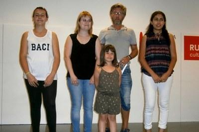Parte de los ganadores del concurso con los responsables de la Biblioteca Municipal.