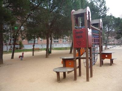 En la plaza Salvador Espriu se restaurarán los elementos de madera de los juegos, entre otras actuaciones.