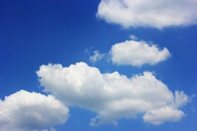 El ozono es un gas incoloro muy reactivo, invisible y de olor agradable, que se encuentra de forma natural en la atmósfera.