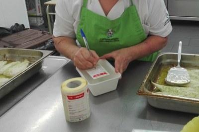 Una cocinera prepara la fiambrera donde irá una de las comidas (foto: Ayuntamiento de Rubí).
