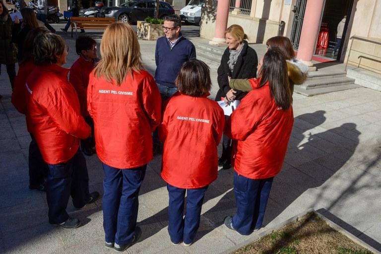Martínez y Güeto, conversando con las agentes por el civismo (foto: Localpres)
