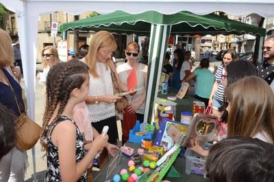 La alcaldesa acompañada de la regidora de Servicios a las Personas en una de las paradas del Mercado de Artesanía (foto: Localpres).