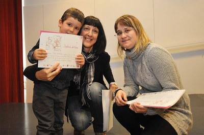 "Los niños han recogido un diploma como participantes del ""Nascuts per llegir"" (foto: Localpres)."