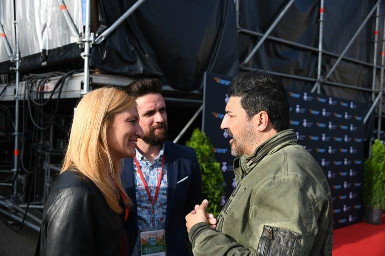 La alcaldesa y el concejal de Cultura con el presentador Tony Aguilar (foto: Localpres)