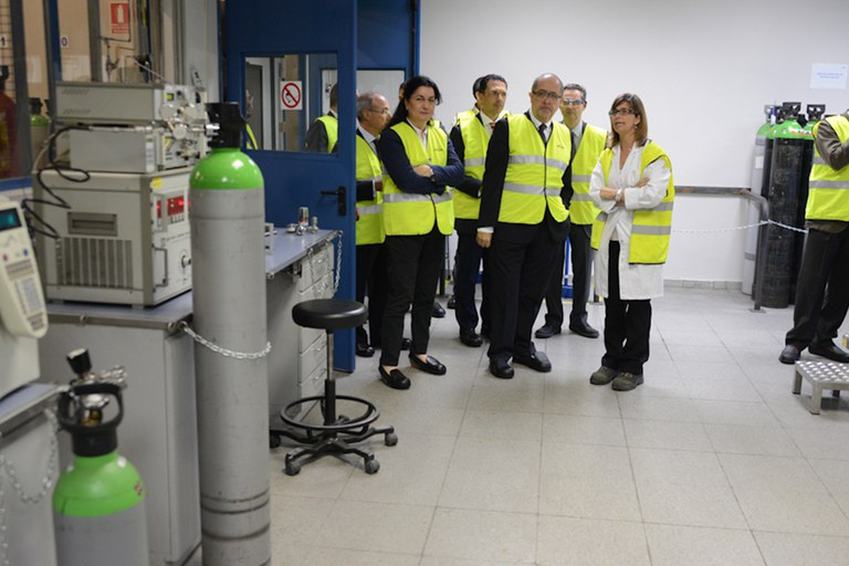 La alcaldesa y el conseller han conocido buena parte de las instalaciones de Abelló Linde (foto: Localpres)
