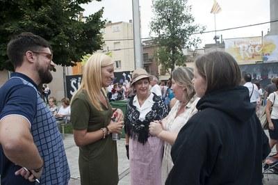 La alcaldesa y el concejal de Cultura, en la plaza del Doctor Guardiet, punto de salida del pasacalle (foto: Cesar Font).