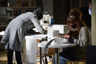 Una decena de mujeres se encuentran cada martes en El Pinar para aprender diferentes técnicas de costura y patronaje (foto: Ayuntamiento de Rubí).