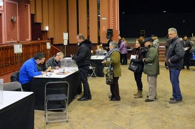 Electores rubinenses haciendo cola para votar este jueves (foto: Localpres).