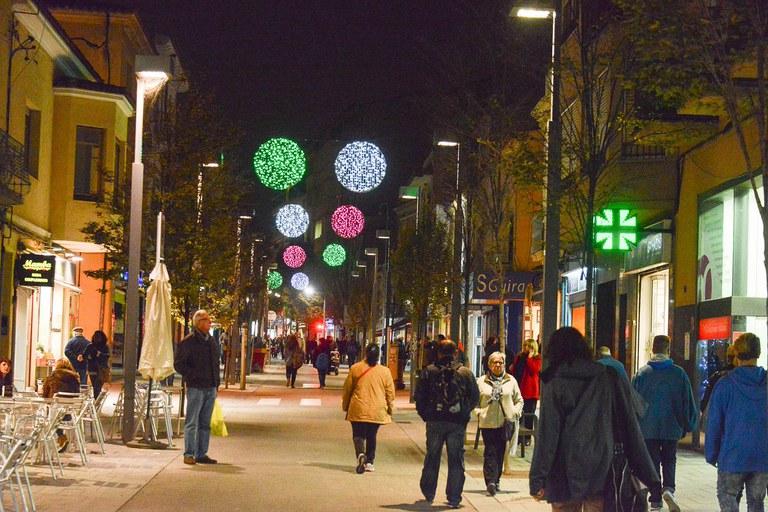 La avenida Barcelona está iluminada con esferas de colores (foto: Localpres)