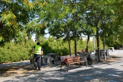 Estos días, los participantes en el programa realizan prácticas en el ámbito de la limpieza viaria.