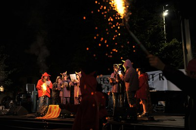Uno de los momentos más esperados de la fiesta son los Versots de los Diables (foto: Lídia Larrosa).