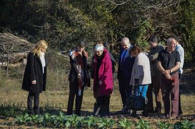 La alcaldesa y el resto de autoridades se ha interesado por las variedades que cultiva la asociación (foto: Localpres)