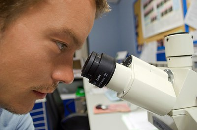 Un joven biólogo.