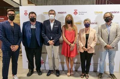 Las autoridades presentes a la cena relacional, ante el 'photocall' (foto: Ayuntamiento de Rubí - Localpres)