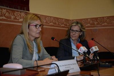 La alcaldesa y la presidenta de Unicef Comité Cataluña, durante el acto de firma del convenio (foto: Localpres).