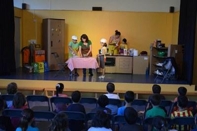 Representación teatral en la Escola Ca n'Alzamora (foto: Localpres)