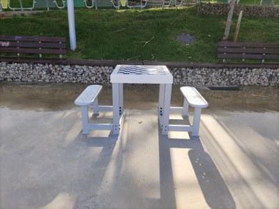 La tabla de ajedrez que se ha instalado • lat en el Parque de la Serreta (Foto Ayuntamiento de Rubner).