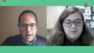 César Luena López respondiendo preguntas de los jóvenes.