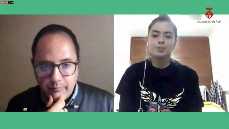 César Luena López respondiendo preguntas de los jóvenes