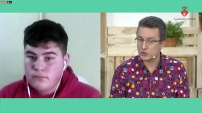 Andrés Medrano Muñoz respondiendo preguntas de los jóvenes.