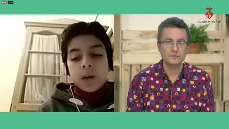 Andrés Medrano Muñoz respondiendo preguntas de los jóvenes