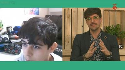 Moisés Rodríguez Cantón respondiendo preguntas de los jóvenes.