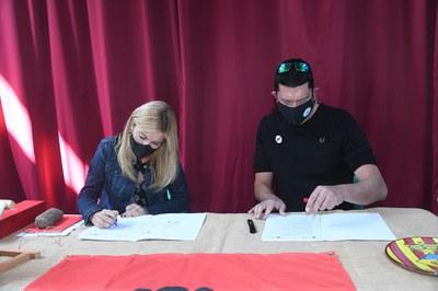 La alcaldesa de Rubí, Ana María Martínez Martínez, y el alcalde de Els Guiamets, Miquel Perelló Segura, firmando el hermanamiento (foto: Ayuntamiento de Rubí - Localpres).