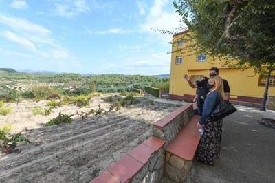 Ana María Martínez Martínez y Miquel Perelló Segura, durante la visita a Els Guiamets (foto: Ayuntamiento de Rubí - Localpres).