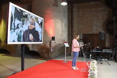Miriam Castillo, haciendo lectura de la carta de la familia durante el acto de cambio de nombre de la plaza (foto: Ayuntamiento de Rubí - Localpres).