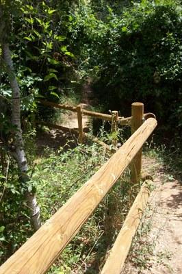 Mantenimiento de la valla del torrente de Can Serra.
