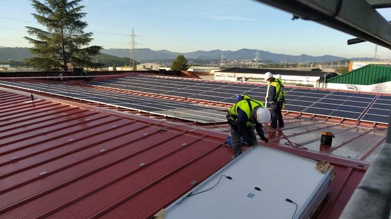 Instalando placas FV en KAO Chimigraf (PAE Can Jardí), diciembre 2020