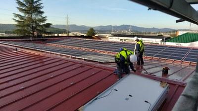 Instalando placas FV en KAO Chimigraf (PAE Can Jardí), diciembre 2020.